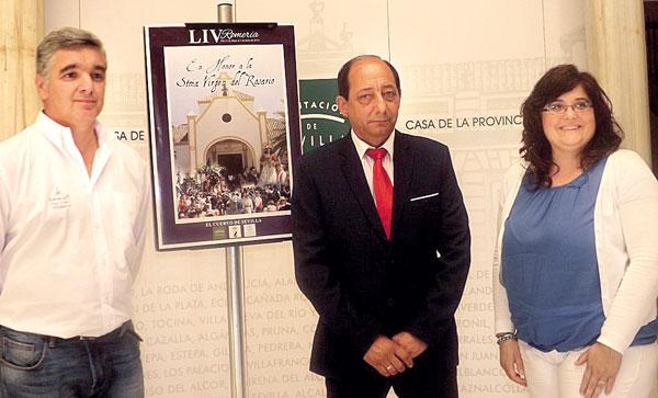 El alcalde, Manuel González, junto al hermano mayor, José Antonio Cárdenas, y la delegada de Fiestas, María José Labrador. Foto: A. P.