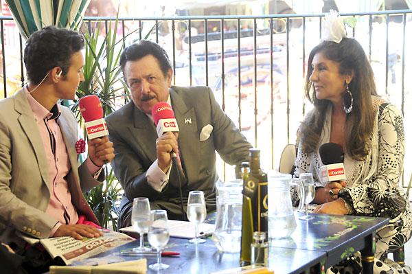 El presidente del Grupo empresarial Morera & Vallejo, Antonio Morera, con Chary Maldonado, entrevistados por Ricardo Castillejo en el set de El Correo TV. / F.J. Baños