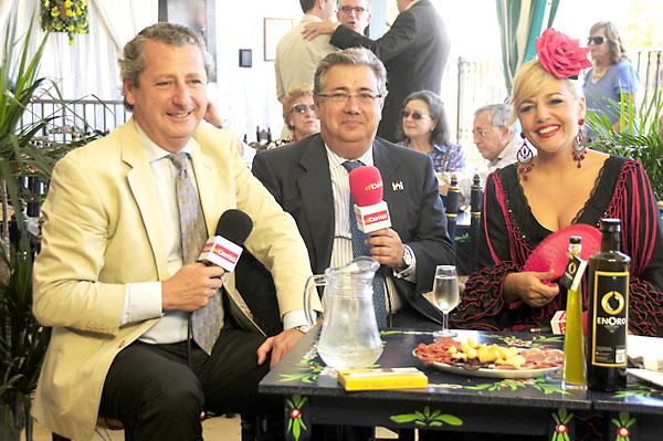 Jesús Maza, de Emasesa, el alcalde Juan Ignacio Zoido y Elizabeth Ortega, ayer en la caseta del agua. / F.J.Baños