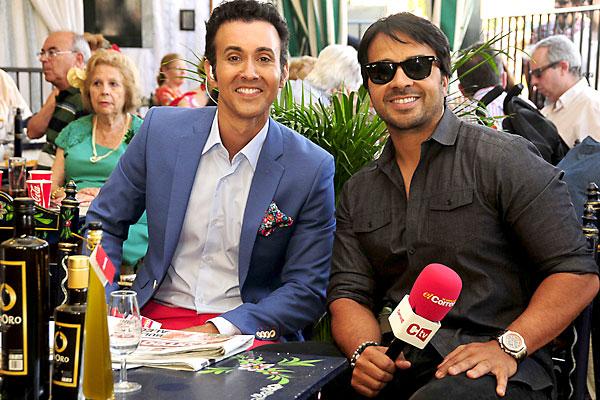 El periodista Ricardo Castillejo tuvo tiempo para departir en directo con el cantante Luis Fonsi. / Fotos: F.J. Baños