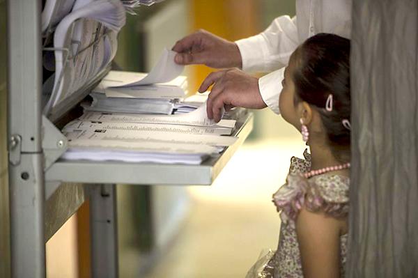 CÓRDOBA. Un padre con su hija vestida de flamenca coincidiendo con la feria de Córdoba, en un colegio electoral durante la jornada de las elecciones al Parlamento Europeo. EFE/Rafa Alcaide