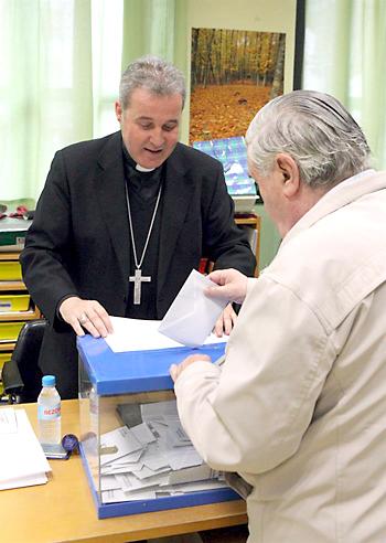 BILBAO. Un ciudadano ejerce su derecho al voto ante el obispo de Bilbao, Mario Iceta, que preside una mesa de un colegio electoral. / EFE