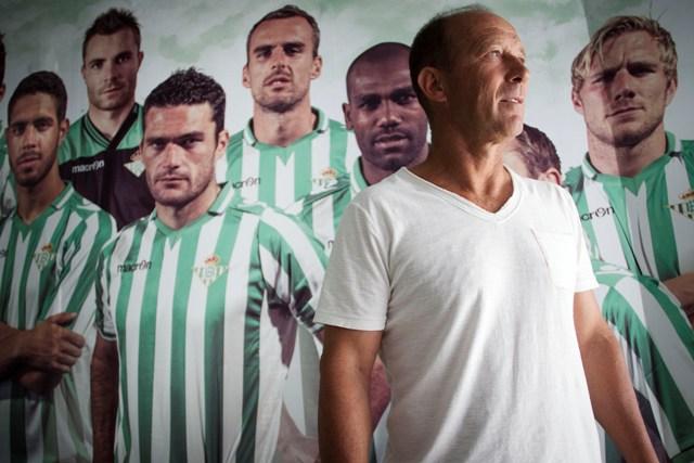 Gabriel Humberto Calderón posa en el túnel del Villamarín tras el entrenamiento del miércoles / Pepo Herrera