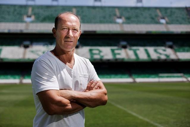 El entrenador del Betis, en el césped del estadio / Pepo Herrera