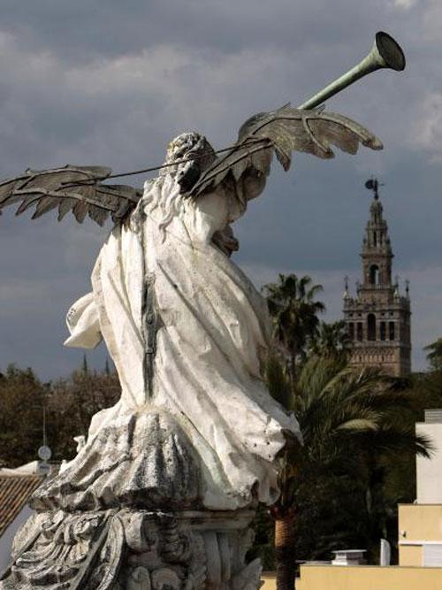 Vista trasera de la escultura de La Fama en las cubiertas de la antigua Fánrica de Tabacos, hoy sede del Rectorado. / Foto: Paco Cazalla