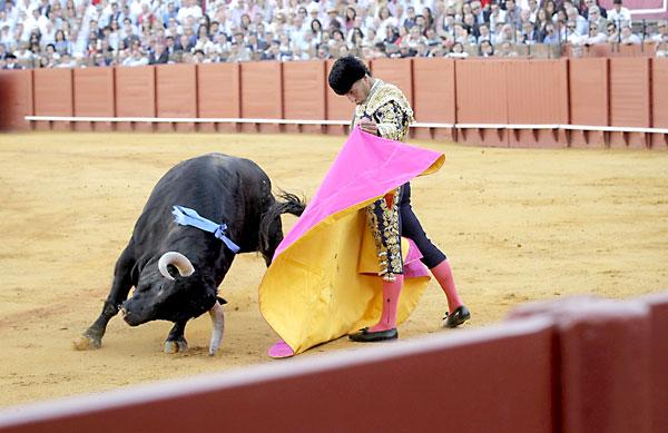 El torero Iván Fandiño en la faena con el capote a su primer toro. EFE/Julio Muñoz