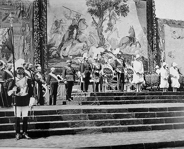 Días después de la Feria, el 9 de mayo, los Reyes y las Infantas presidieron la inauguración de la Exposición.