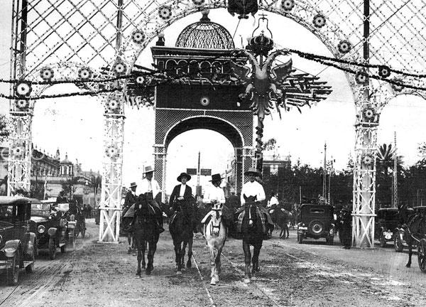Desde 1922 y hasta que se hizo la fuente, algo vistoso ocupaba el lugar de la Pasarela para hacerla olvidar.