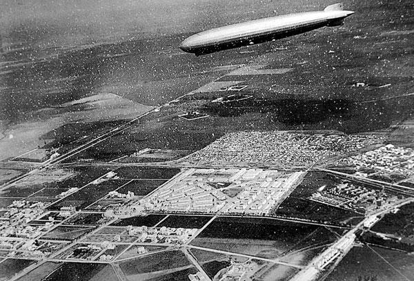 Varias veces en 1929 el zeppelín sobrevoló Sevilla; aquí lo vemos sobre la nueva Ciudad Jardín y el viejo Cerro.