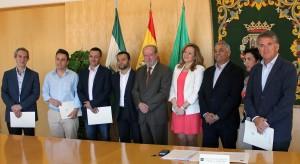 El presidente de la Diputación, Fernando Rodríguez Villalobos, junto a representantes de las siete localidades.