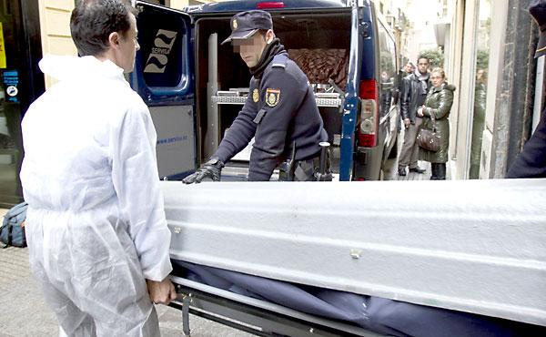 Un operario de una funeraria traslada un cadáver. / EFE