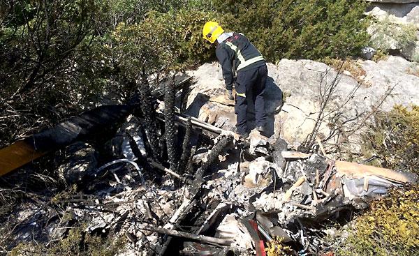 Un grupo de bomberos rescató el cadáver del amasijo de hierros. / E.P.