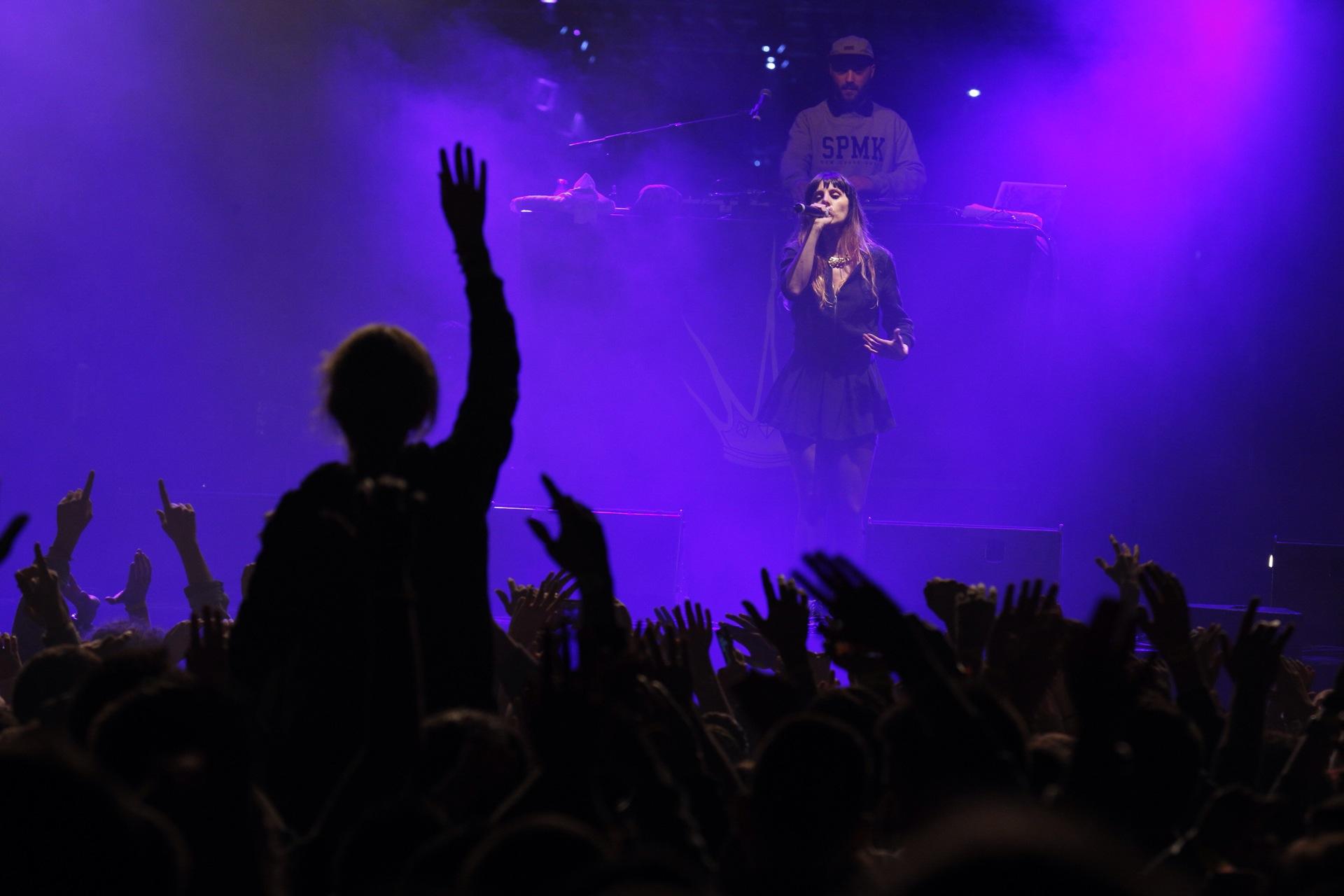 La rapera jerezana La Mala Rodríguez decidió convertir su concierto en una fiesta con el público subiendo al escenario al final. / Pepo Herrera