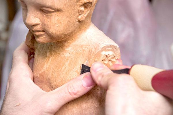Uno de los participantes en la visita a un taller de imaginería se aplica con la escofina. / SevillayTú