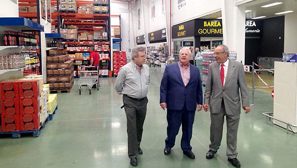 Manuel Barea, en el centro, ayer en la inauguración. / El Correo