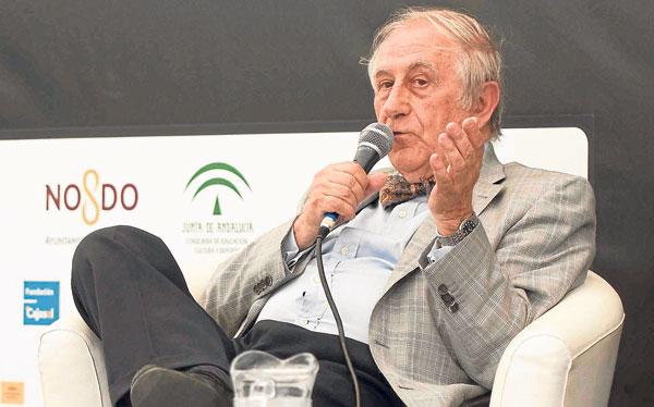 Inocencio Arias, exdiplomático, escritor y enamorado del balompié, ayer en Sevilla.
