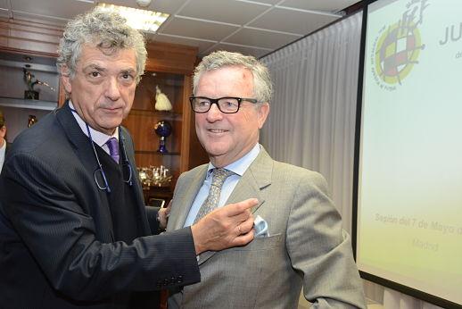 Ángel Villar impone la insignia de oro y brillantes de la RFEF al presidente del Betis, hoy en Las Rozas / RFEF