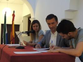Uno de los jóvenes que se comprometió a retomar sus estudios junto al alcalde de Salteras, Antonio Valverde. Foto: El Correo