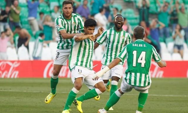 Juanfran celebra su golazo con Chica, Cedrick y Salva Sevilla / Real Betis