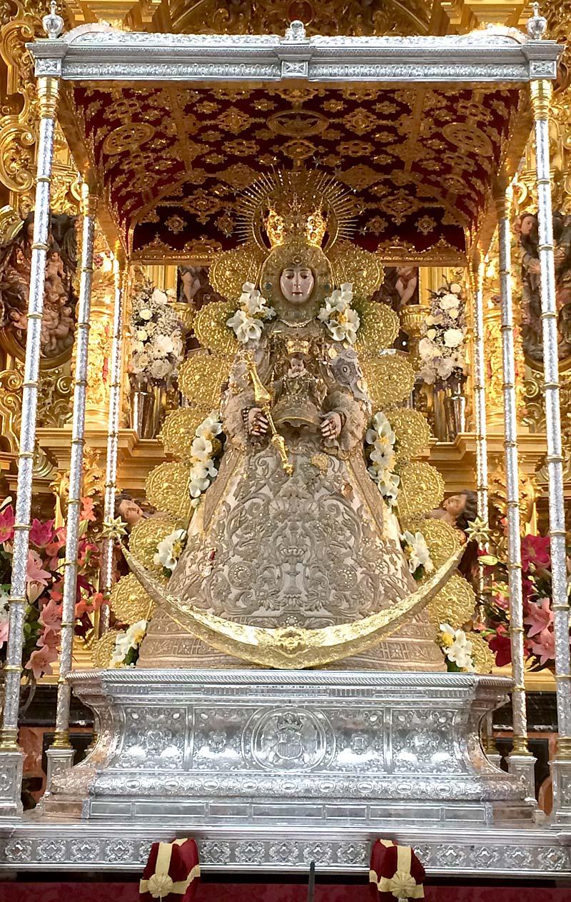 La Virgen del Rocío podrá ser venerada por sus devotos hijos desde esta mañana y durante la romería 2014.