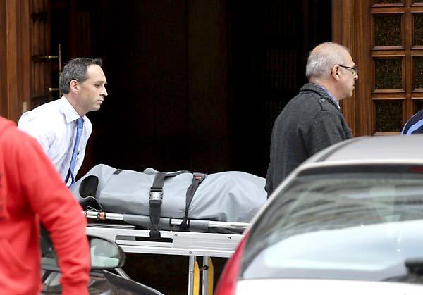 El cadaver del exsaltador de longitud Yago Lamela es trasladado por los servicios funerarios desde su vivienda donde fue encontrado. EFE/Cavi