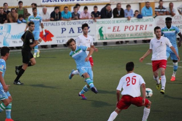 Verdú, rodeado de jugadores del Antoniano, pasa el balón / Real Betis