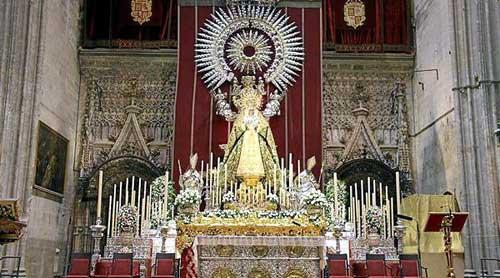 La Virgen de la Esperanza flota sobre el altar del Jubileo en una insólita estampa sobre el paso macareno de la Virgen del Rosario. Foto: Álvaro Heras (Hdad. Macarena)