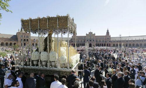 La Macarena se dirige hacia la Plaza de España donde se celebra la Misa Pontifical. Foto: José Luis Montero