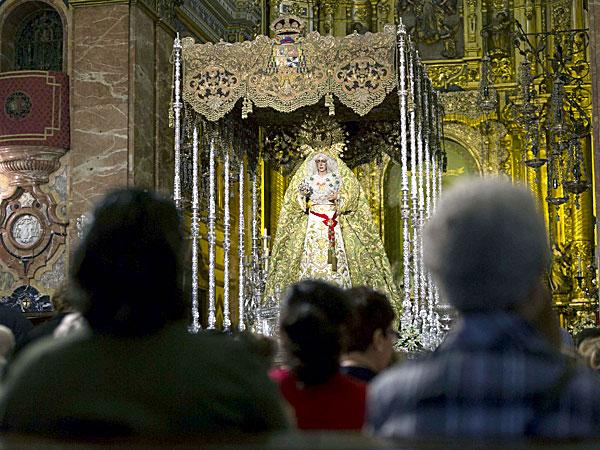 La Basílica de la Macarena es en estos días un hervidero de gente en espera de la salida del próximo sábado. / José Luis Montero