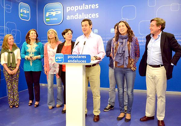 Manuel Moreno Bonilla, el líder del PP andaluz, en el centro, a su derecha Dolores López Gabarro./ El Correo
