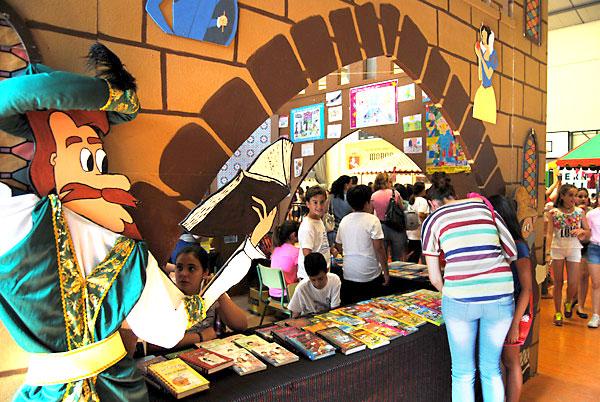 Los stands repletos de literatura para todos los públicos, especialmente el infantil. / Maria Montiel