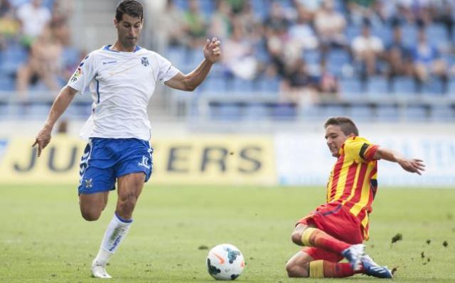 Javi Moyano (izquierda), en el Tenerife-Barcelona B de esta temporada / Carsten Lauritsen (La Opinión)