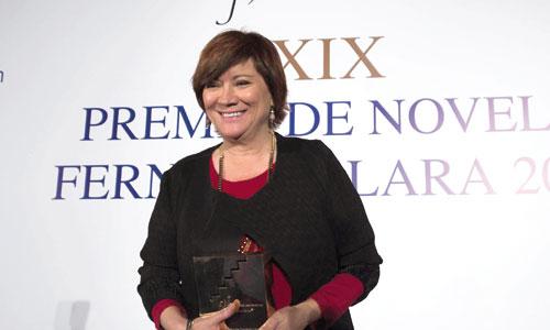 La escritoria y periodista Nativel Preciado, con el Premio de Novela Fernando Lara que ganó el viernes con su obra 'Canta solo para mí'. / Foto: J.M. Paisano