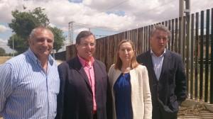 La ministra de Fomento, Ana Pastor, y el alcalde de Espartinas, Domingo Salado, juntos a otros dos ediles.