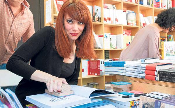La artista y escritora Paula Bonet, ayer en la Feria del Libro de Sevilla.