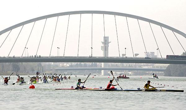 Muchos son los jóvenes que practican piragüismo cada tarde en el río. / Eduardo abad (EFE)