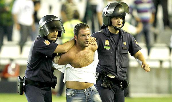 Partido de la Liga BBVA disputado entre el Betis y el Atlético. En la imagen, un aficionado es detenido por la policía. / Ramón Navarro