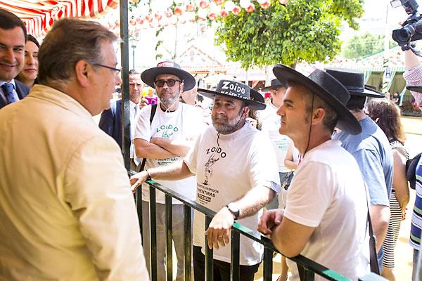 El comité de empresa de CCOO del Ayuntamiento hizo un 'marcaje' al alcalde en la Feria. / Carlos Hernández