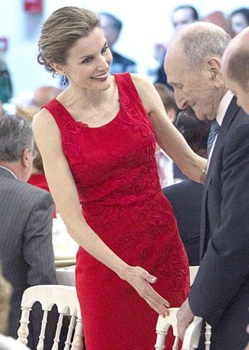 La princesa Leticia con el empresario de 101 años, Miguel Pérez Jiménez (d) tras hacerle entrega del reconocimiento a su trayectoria enpresarial en Sevilla el pasado martes. EFE/Jose Manuel Vidal