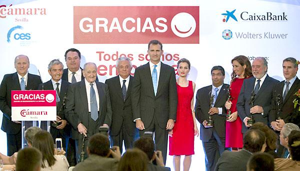 Los Príncipes de Asturias posan en foto de familia con los premiados. / josé manuel vidal (EFE)
