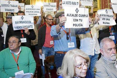 El Pleno volvió a ser el escenario de protestas, en este caso, de la Policía Local. / Pepo Herrera