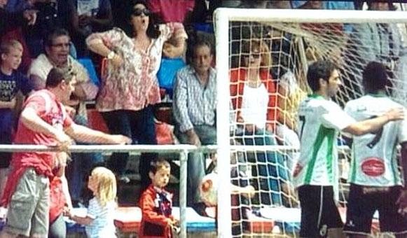 Imagen de la mujer en las gradas haciendo gestos racistas.