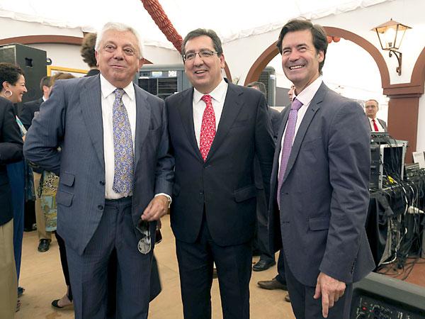 El presidente de la Cámara de Comercio, Francisco Herrero;el presidente de la Fundación Cajasol, Antonio Pulido;y el presidente de la CES, Miguel Rus. / José Luis Montero