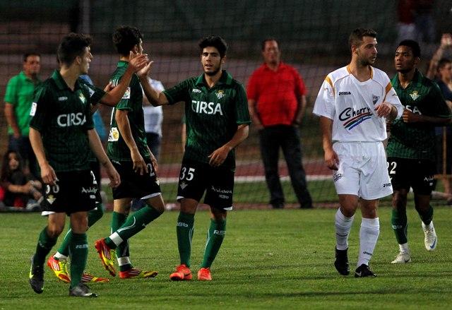 Pozuelo celebra un gol del Betis ante el Ronda el 24 de mayo de 2012 / Charry TV