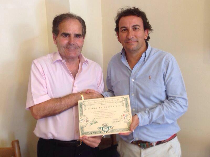 Rufino González y José Miguel López Catalán se dan la mano tras firmar la compraventa.