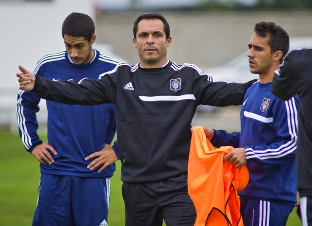 Sergi Barjuan dirige un entrenamiento del Recre, con el exbético Ezequiel a la derecha / J.P. Yáñez
