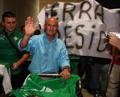 Lorenzo Serra Ferrer, aclamado en una de sus últimas visitas a Sevilla.