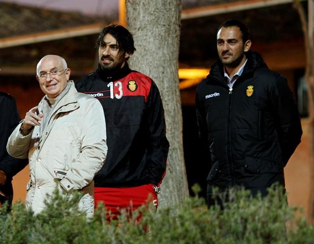Lorenzo Serra Ferrer y Toni Prats, con Aouate en medio, ven un entrenamiento del Mallorca / Tooru Shimada