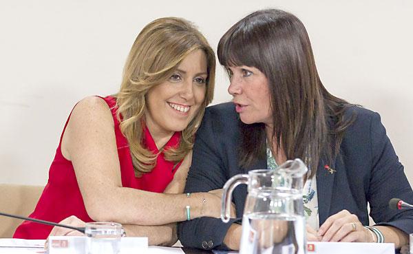 La secretaria general del PSOE-A y presidenta de la Junta de Andalucía, Susana Díaz (i) y la presidenta del partido, Micaela Navarro, al comienzo de la reunión que celebra esta tarde en Sevilla la ejecutiva regional de este partido. EFE/Julio Muñoz