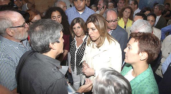 La secretaria general del PSOE-A, Susana Díaz, ayer, con militantes y simpatizantes de La Línea de la Concepción (Cádiz). / EFE